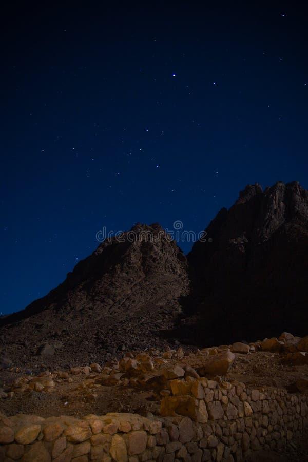 Mountin en la noche foto de archivo
