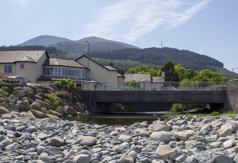 Mourne山的看法从石海滩的在幽谷河的嘴在新堡唐郡在北爱尔兰 图库摄影