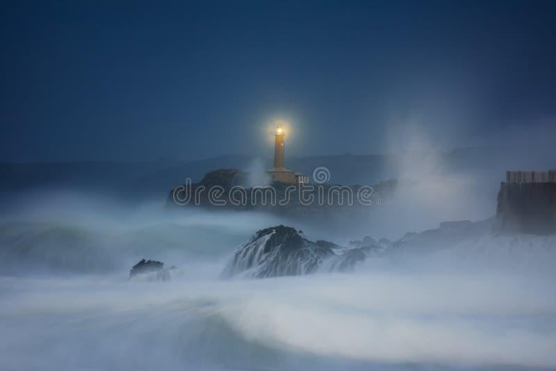 Mouro-Leuchtturm in Santander nachts stockfoto