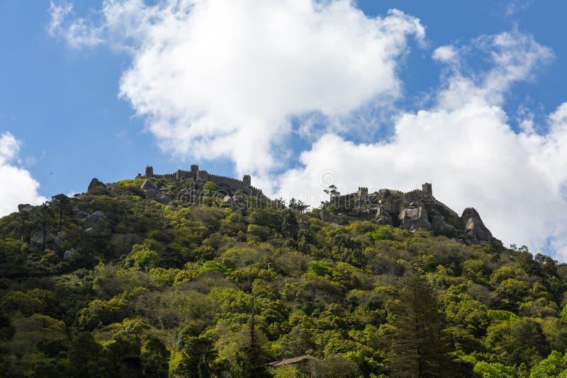Mouros slott på kullen i Sintraen royaltyfria foton
