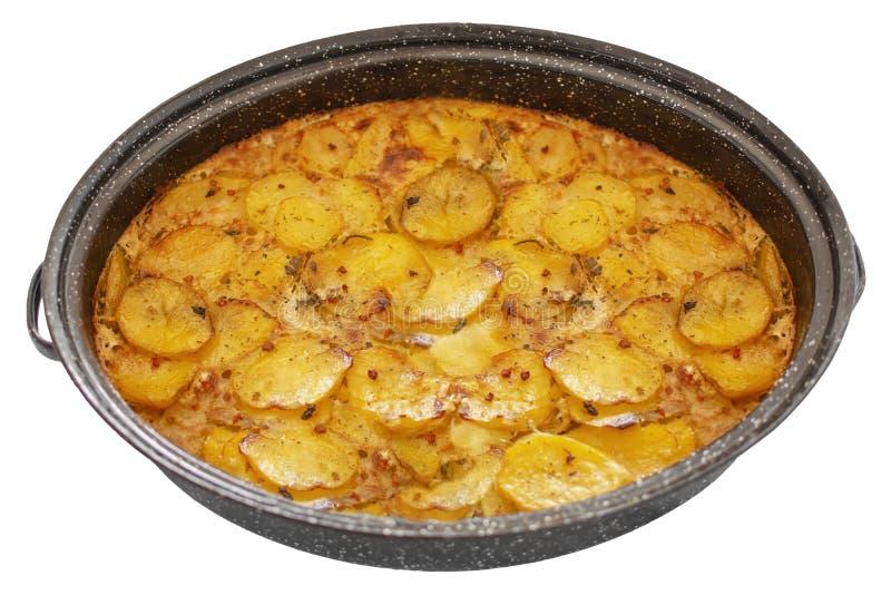 Mousaka servio en un pote, cocina balcánica del plato como el plato clasificado tradicional aislado en blanco foto de archivo libre de regalías