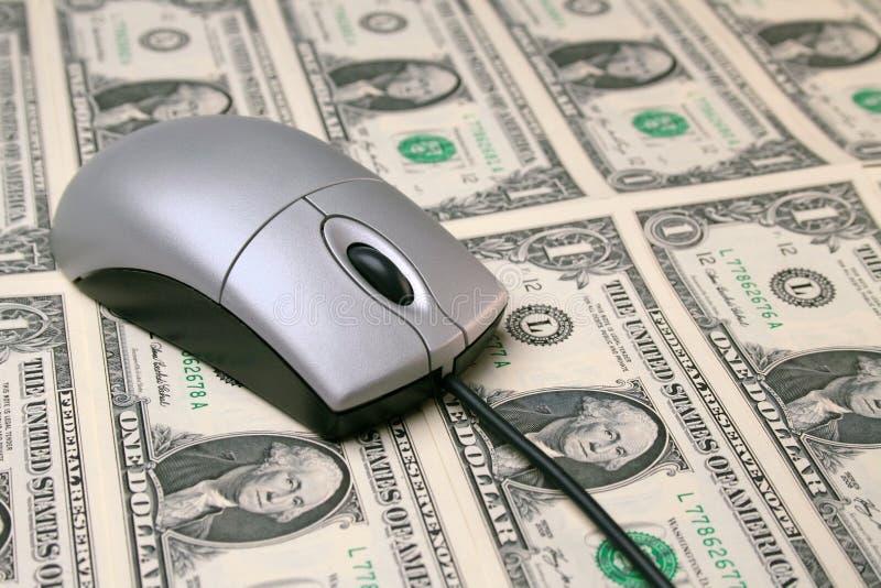 Mouse del calcolatore su soldi fotografia stock libera da diritti