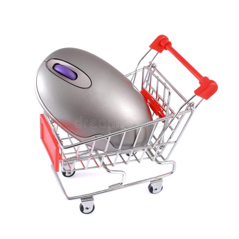 Mouse senza fili del calcolatore in carrello di acquisto isolato fotografia stock libera da diritti