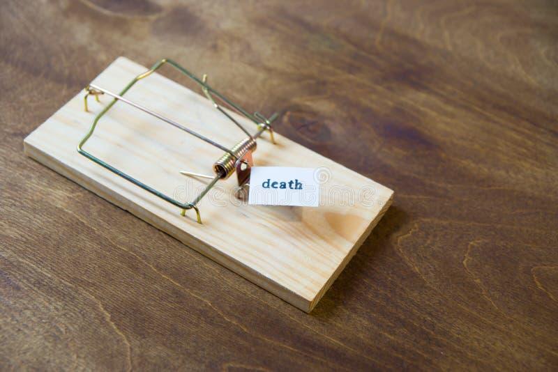 mousetrap Ne tombez pas pour l'amorce Pensez toujours aux conséquences photos libres de droits