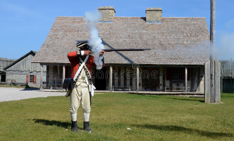 Mousquet re-enactor des feux au fort Michilimackinac photographie stock libre de droits