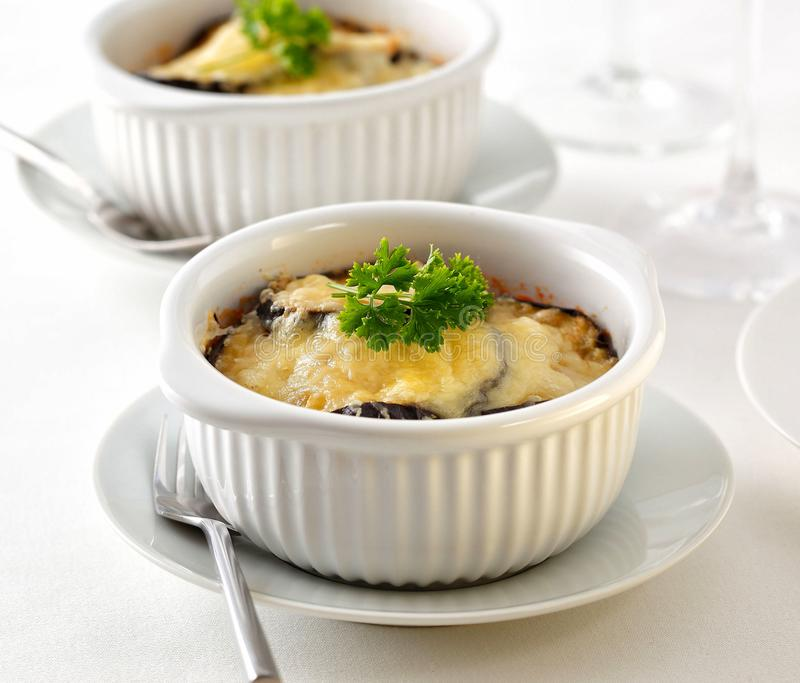 Moussaka, ένα ελληνικό πιάτο φιαγμένο από να στηρίξουν το αρνί, μελιτζάνα, και ντομάτες, με το ξυμένο τυρί στην κορυφή στοκ εικόνες με δικαίωμα ελεύθερης χρήσης
