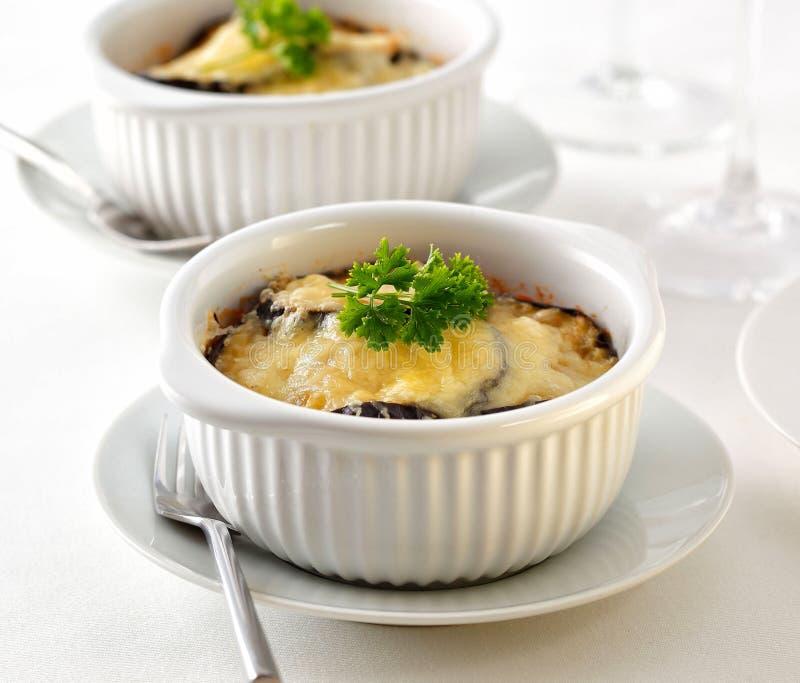Moussaka, een Griekse schotel gemaakt van lam aan de grond zetten, aubergine, en tomaten, met geraspte kaas op bovenkant royalty-vrije stock afbeeldingen