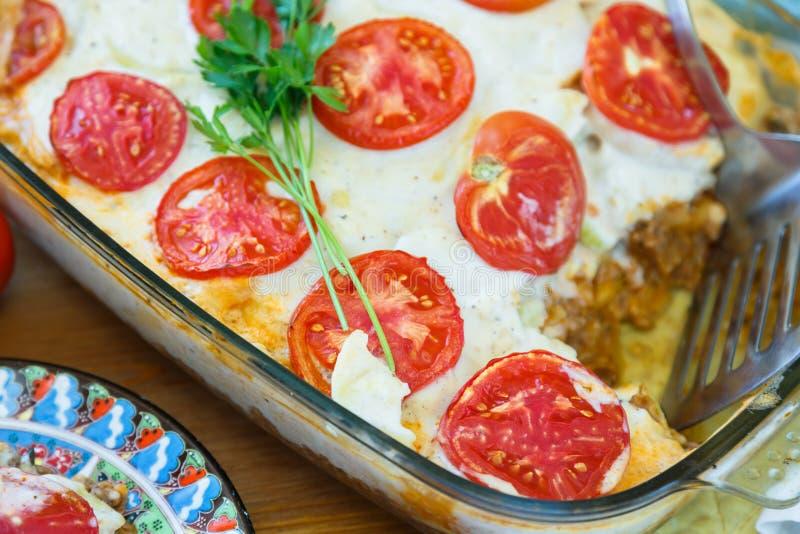 Moussaka tradicional com beringelas, batatas, carne triturada imagem de stock royalty free