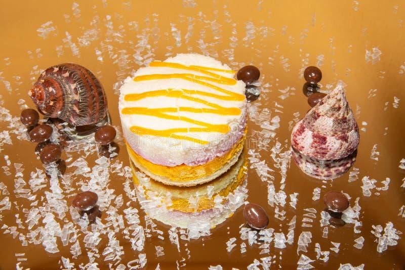Mousse βανίλιας και μάγκο κέικ στοκ εικόνα με δικαίωμα ελεύθερης χρήσης