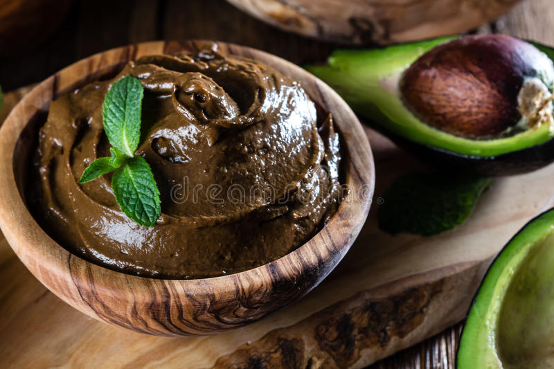 Mousse σοκολάτας αβοκάντο στο ξύλινο κύπελλο ελιών στοκ φωτογραφία με δικαίωμα ελεύθερης χρήσης