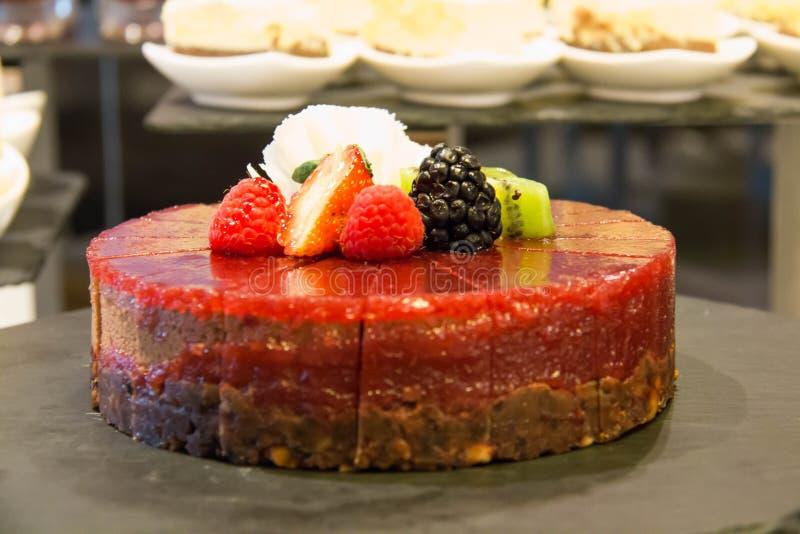 Mousse φραουλών κέικ που διακοσμείται με τα σμέουρα, φράουλα στοκ φωτογραφία με δικαίωμα ελεύθερης χρήσης