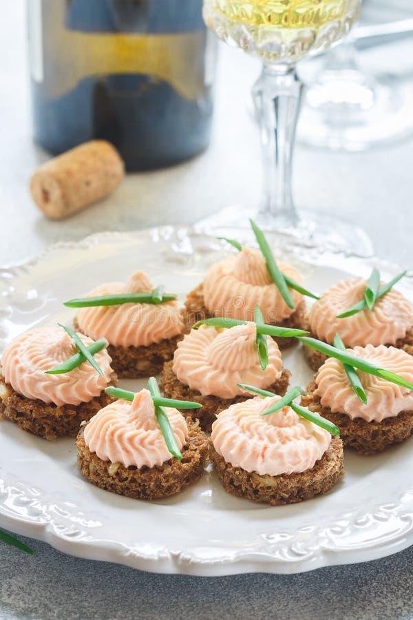 Mousse délicieuse de fromage de saumon et fondu fumé et de ciboulette sur des tranches de pain de Rye images stock