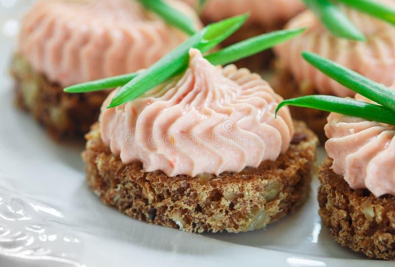 Mousse délicieuse de fromage de saumon et fondu fumé et de ciboulette sur des tranches de pain de Rye photos libres de droits