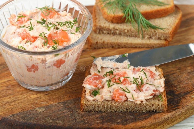 Mousse d?licieuse, riyet, p?t?, immersion du fromage de truite Smoked et fondu saumon?, de l'aneth et du raifort sur des tranches photo stock