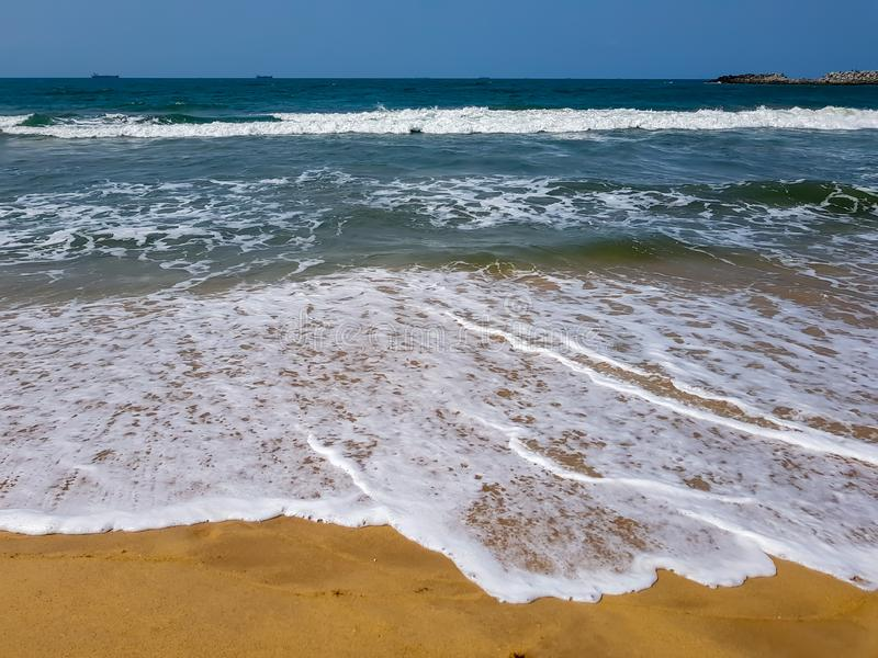Mousse d'océan sur le sable de plage Vue de l'Océan Atlantique d'une station balnéaire à Lagos, Nigéria photo libre de droits