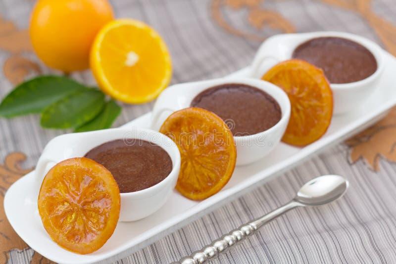 Mousse de chocolat avec des parts des oranges conservées photo stock
