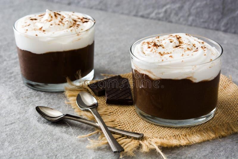 Mousse de chocolat avec de la crème sur la pierre grise photo stock