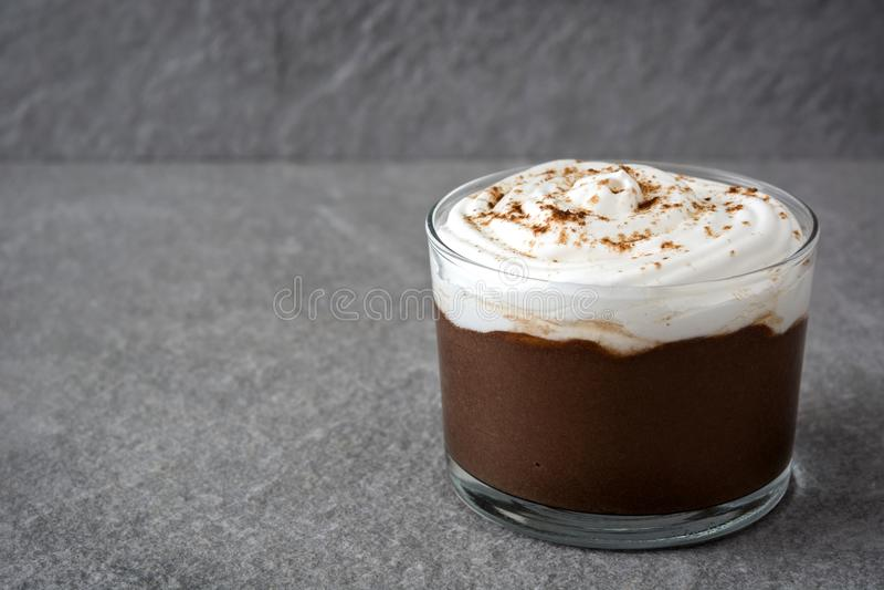 Mousse de chocolat avec de la crème sur la pierre grise photographie stock libre de droits