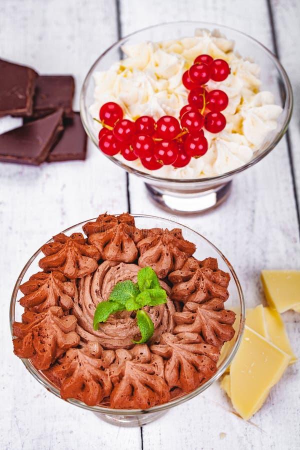 Mousse de chocolate hecho en casa en vidrios de la porci?n en fondo de madera imagen de archivo libre de regalías