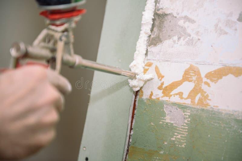 Mousse de construction Écumant la porte Mousse principale photos libres de droits