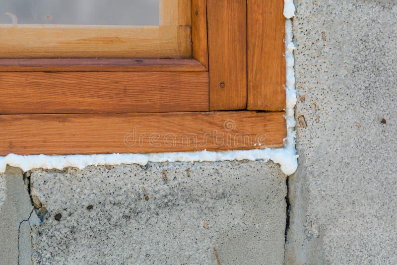 Mousse de construction Mousse d'un stroiteln à une fenêtre photographie stock libre de droits