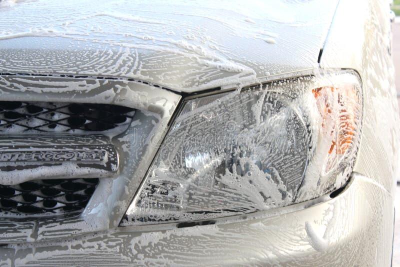 Mousse de lavage sur le visage de voiture photographie stock libre de droits
