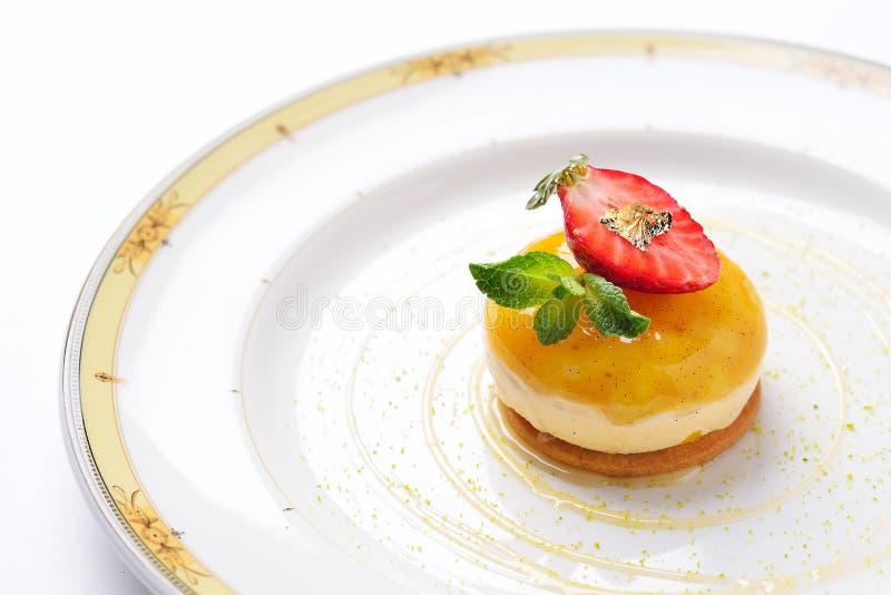 Mousse de mangue avec de la crème de fraise photo stock