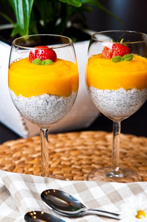 Mousse del mango con i semi ed il latte di cocco di chia fotografia stock