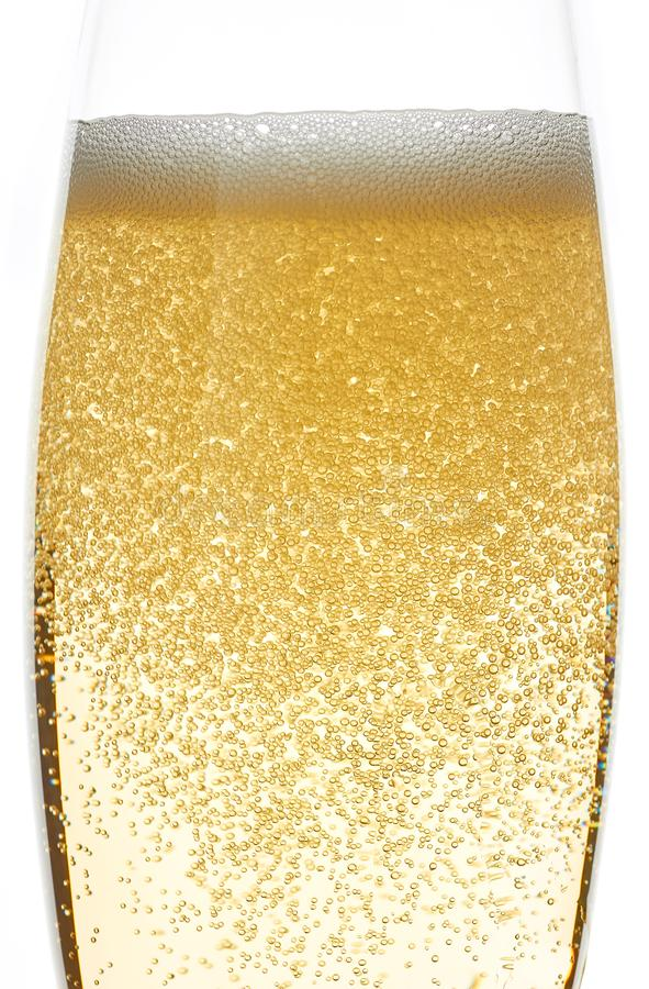 Mousse et bulles de Champagne dans le plan rapproché en verre photo libre de droits