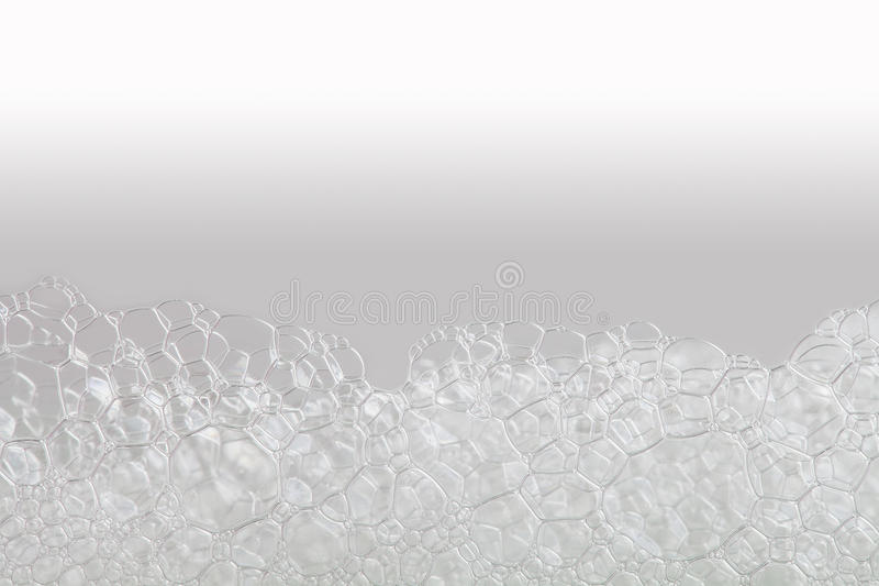 Mousse savonneuse de bulles de macro vue lessives et texture de douche fond blanc beige de gradient Foyer horizontal et mou photographie stock libre de droits