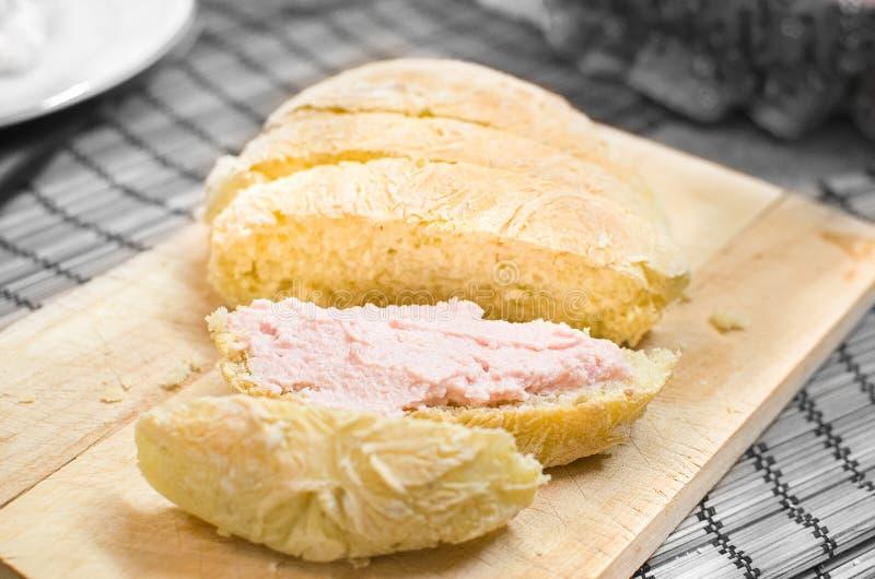 Mousse tartinable de rose de Bologna de mortadelle sur des tranches de pain image stock