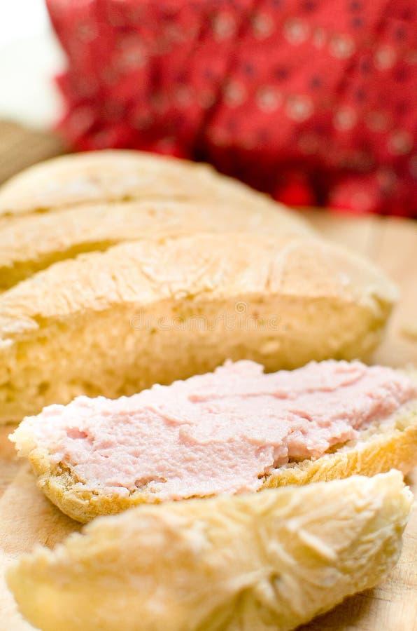 Mousse tartinable de rose de Bologna de mortadelle sur des tranches de pain photographie stock