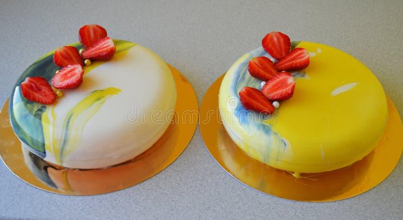Mousse tort z błękita lustra glazerunkiem zdjęcia stock
