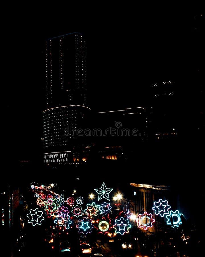 Moussera natt för stad för neonlampa på den Surabaya staden, Indonesien arkivbild