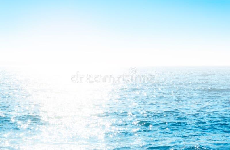 Moussera skvalpad vattenyttersida med solljus royaltyfri bild
