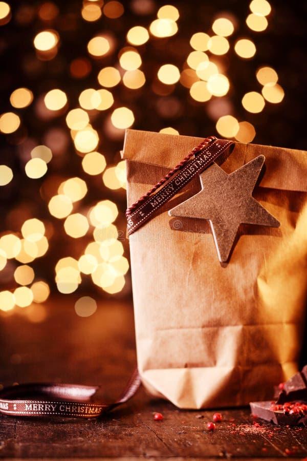 Mousserande bokeh av julljus med gåvor arkivbild
