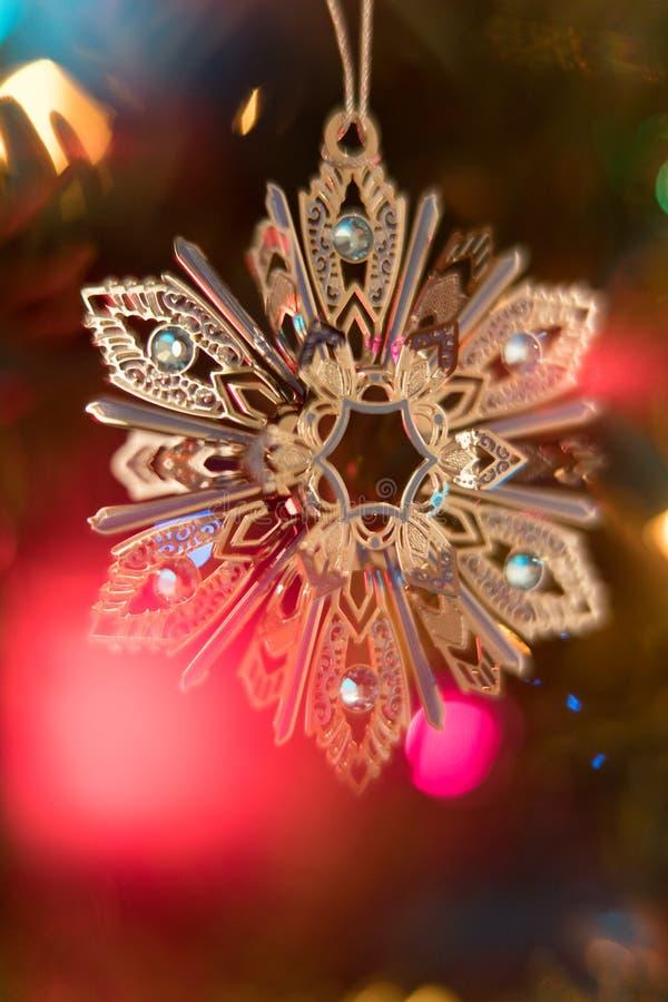 Mousserande julgranprydnad med Bokeh royaltyfri fotografi