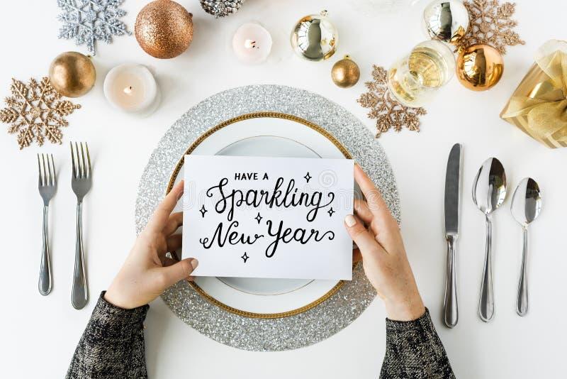 Mousserande nya år festlig matställetabell arkivbilder