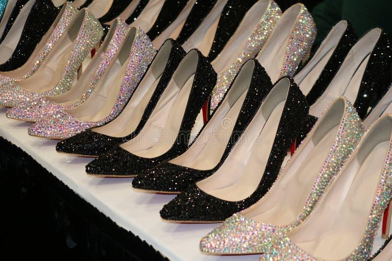 Mousserande rad av skor för hög häl för bergkristall arkivfoto