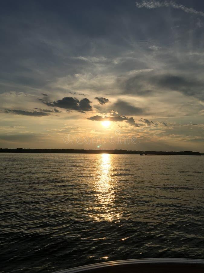 Mousserande sjö på solnedgången arkivfoton