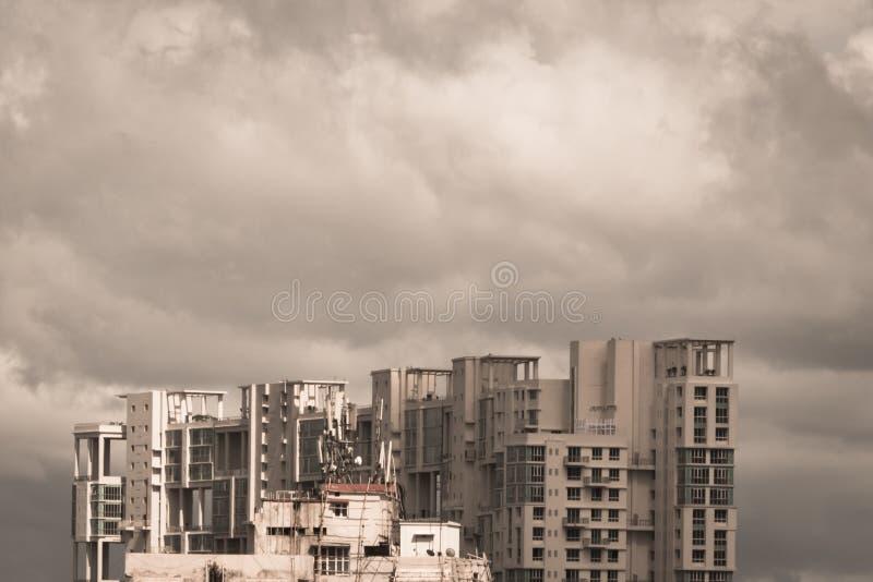 Moussons tôt foncées de tempêtes au-dessus des gratte-ciel résidentiels modernes Kolkata, Bengale Inde Ville de jour pluvieux de  photos libres de droits