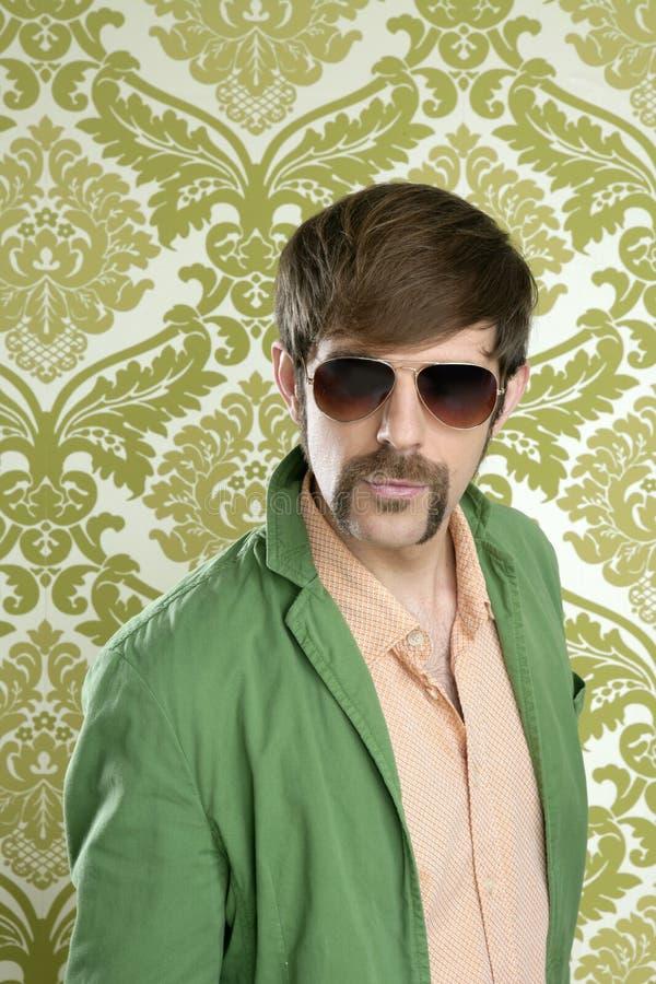Moustache drôle de rétro homme de vendeur de connaisseur photos stock