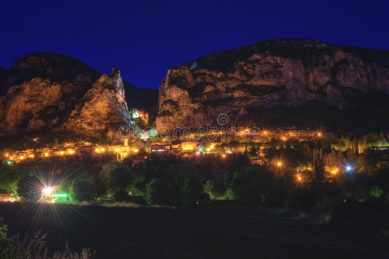 Moustiers Sainte Marie, μικρή άνετη γαλλική πόλη στην καρδιά της Προβηγκίας, άποψη νύχτας, Γαλλία στοκ εικόνα