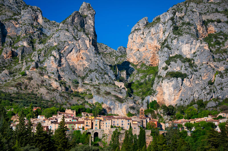 Moustiers Sainte Marie Dorf in Provence stockfotos