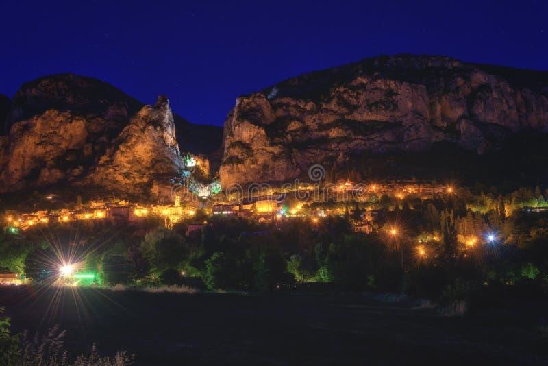 Moustiers Sainte Marie, pequeña ciudad francesa acogedora en el corazón de Provence, vista nocturna, Francia imagen de archivo