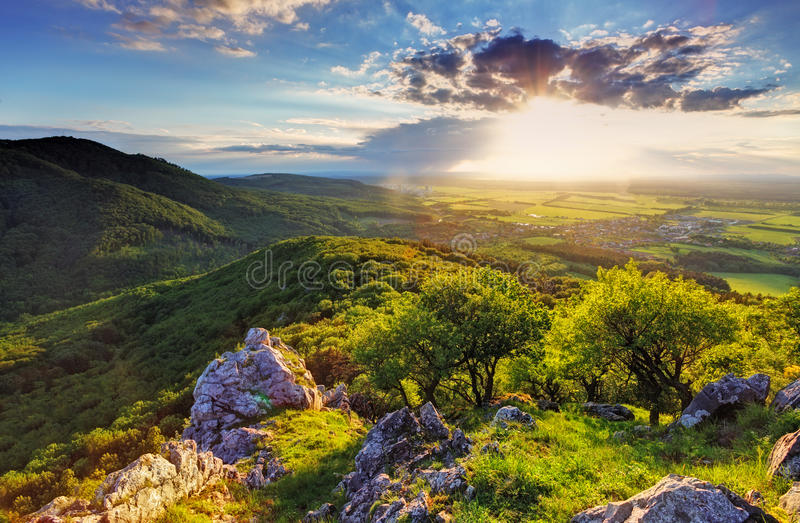 Moutain rocoso verde en la puesta del sol - Eslovaquia fotografía de archivo