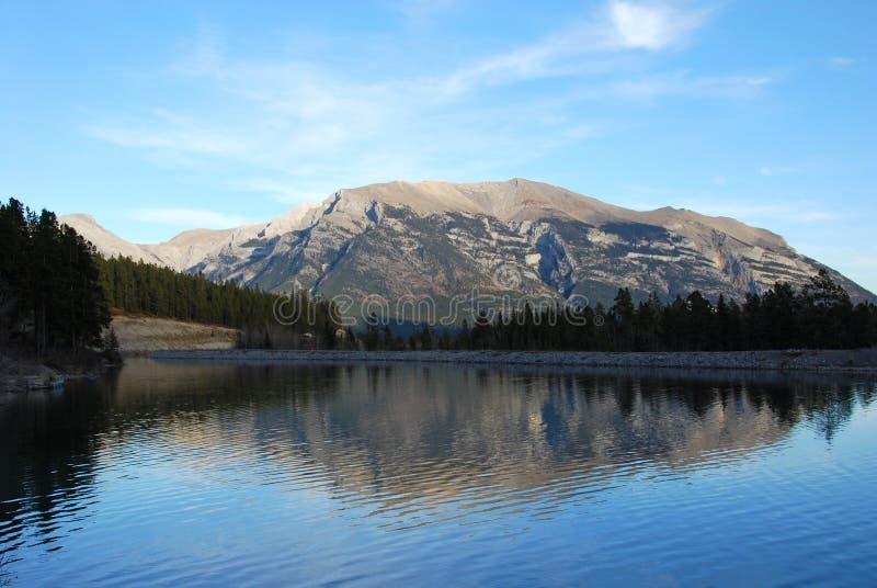 Moutain y su sombra en el lago imagen de archivo
