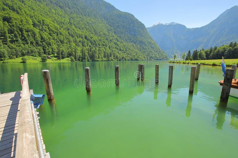 Moutains, lago e calma con armonia Giorno di mistero in bella natura - posto con fuori lo sforzo fotografia stock