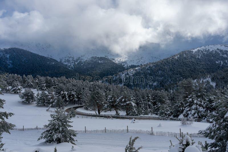 Moutains nevado da paisagem do Madri imagem de stock