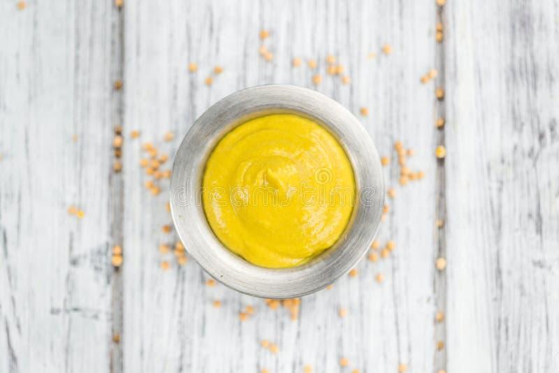 Moutarde faite fraîche sur un fond rustique photographie stock